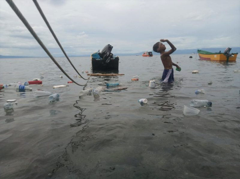 Anak anak yang mandi di antara sampah plastik di kawasan pantai Sanfaji Ternate Utara. Foto: Mahmud Ici/kabarpulau