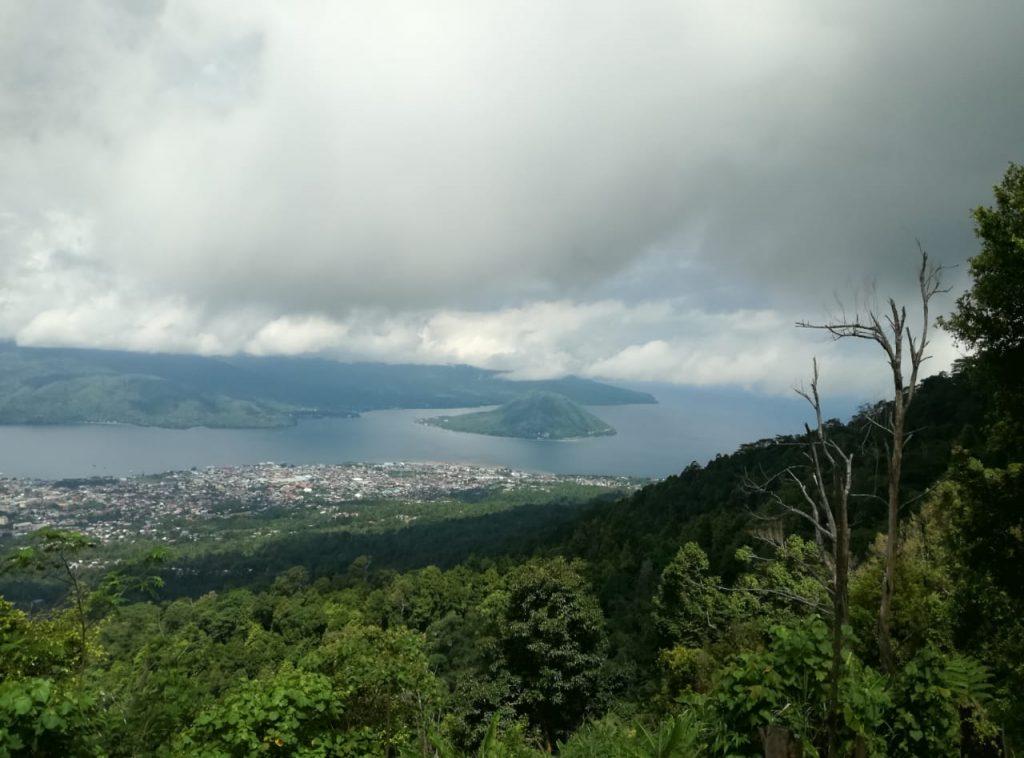 Kawasan pemukiman yang terus naik ke puncak Gamalama turus mengancam hutan dan lahan ikut menurunkan ketersediaan air Ternate.foto M ichi