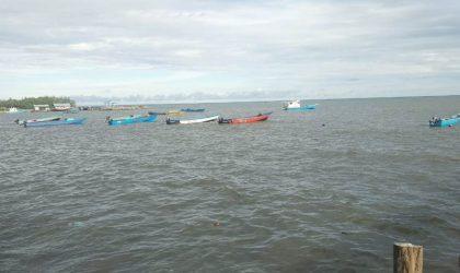 Nelayan tidak melaut sehingga perahu mereka harus lego sauh