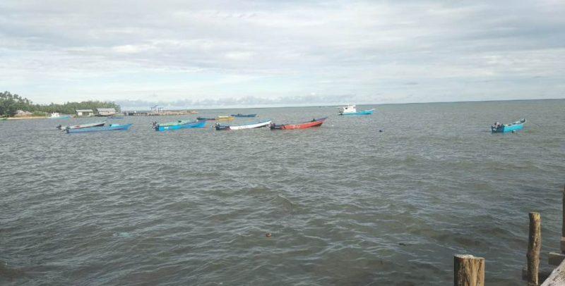 Nelayan tidak melaut sehingga perahu mereka harus lego sauh/foto/indah indriyani