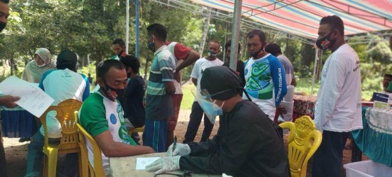 pemeriksaan kesehatan yang dilakukan oleh tim relawan dalam kegiatan ekspedisi Maluku di  Gane