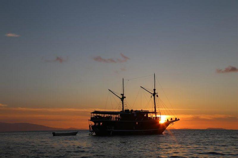 Kapal Kurabesi Explorer kapal phinisi yang digunakan untuk ekspedisi Maluku