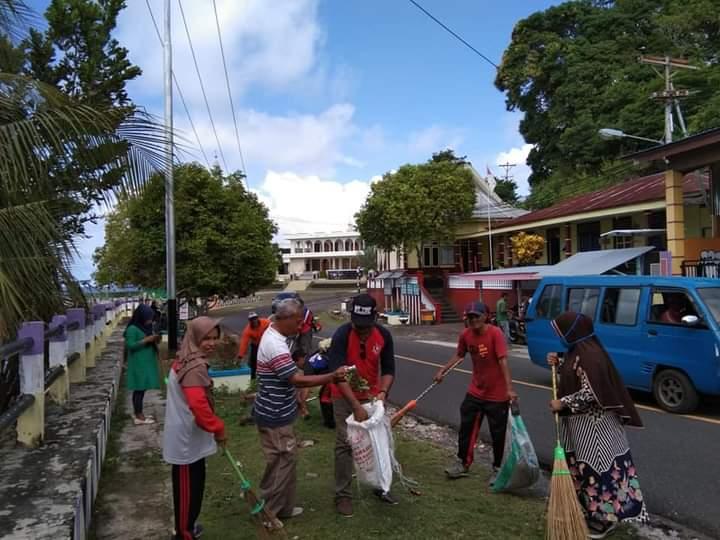 Kerja bakti massal membersihkan kampung Tomolou /foto Aisah Abdrajak
