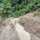 Material  longsoran yang menutupi badan jalan Sayoang Yaba di kilometer 11. foto nachrawi